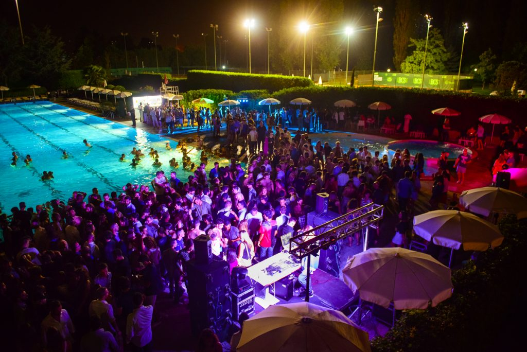 08.09 ABSOLUTE POOL PARTY – Floating Edition